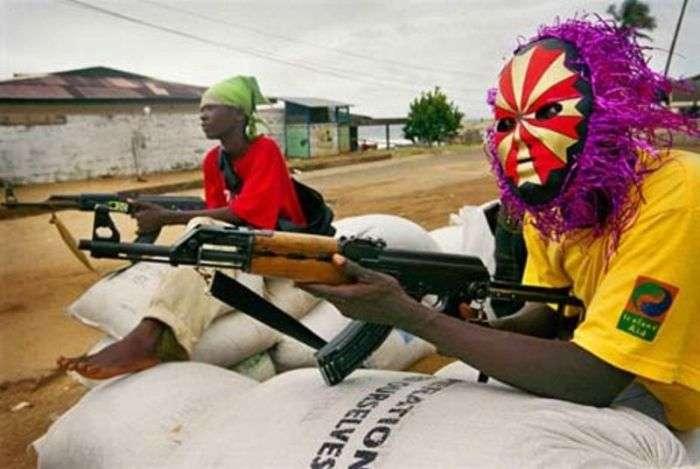 Дивні наряди африканських повстанців (16 фото)