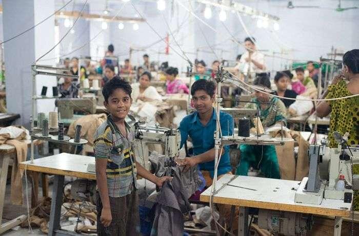 Важка праця юних працівників нелегальній фабриці в Бангладеш (13 фото)
