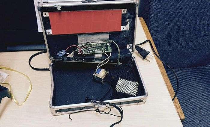 Американський школяр, заарештований за саморобні годинник, що нагадують бомбу, вимагає компенсацію в 15 млн доларів (3 фото)