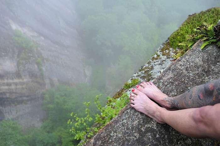 Екстремальний фотосет на гірському уступі (12 фото)