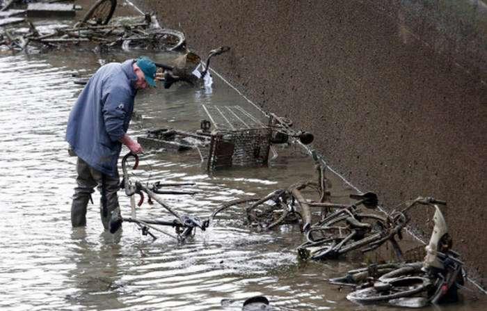 Незвичайні знахідки на дні каналу Сен-Мартен в Парижі (21 фото)