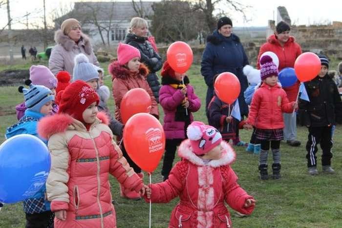 У кримському селі відбулася урочиста церемонія відкриття дитячої гірки (3 фото)