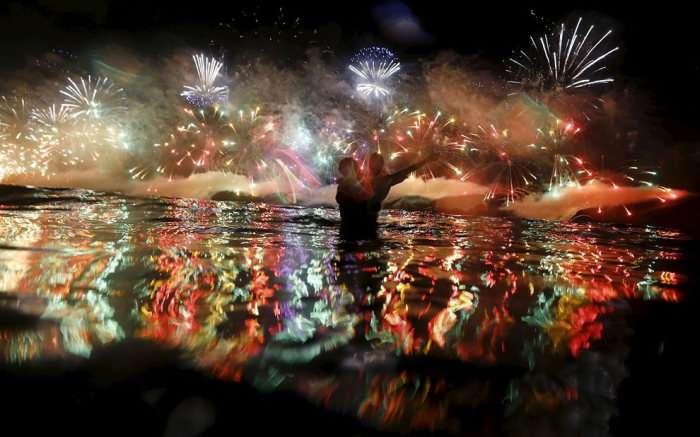 Пляж Копакабана в Ріо-де-Жанейро в новорічну ніч (10 фото)