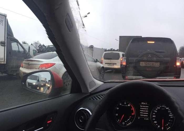 Далекобійники заблокували рух по МКАДу (фото + відео)