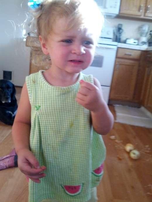 Дівчинка вирішила зїсти яблуко (5 фото)