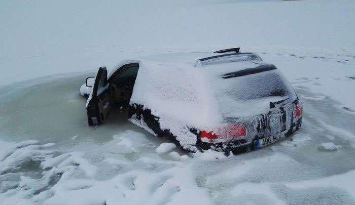 В Естонії провалився під лід позашляховик вмерз у воду (4 фото)