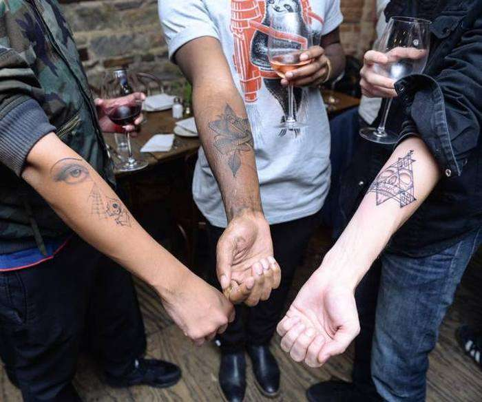 Скотт Кемпбелл - тату-майстер, який сам вирішує, яку набити татуювання клієнту (12 фото)