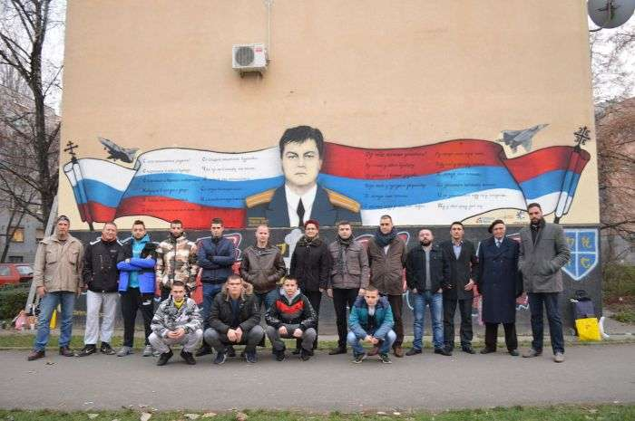 В память про російського льотчика Олега Пешкове на стіні одного з будинків в Сербії зявилося панно з його портретом (2 фото)