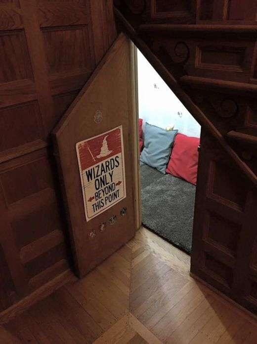 Затишна кімната для читання, стилізована під комірчину Гаррі Поттера (5 фото)