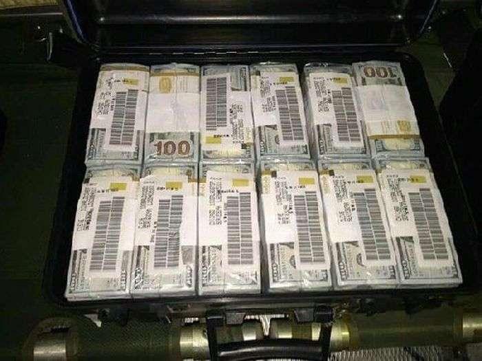 У Багдаді заарештований німецький літак з грошима і зброєю (4 фото)