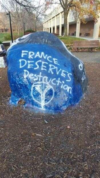 В американському університеті невідомі влаштували пропаганду ИГИЛ на гранітному монументі (3 фото)