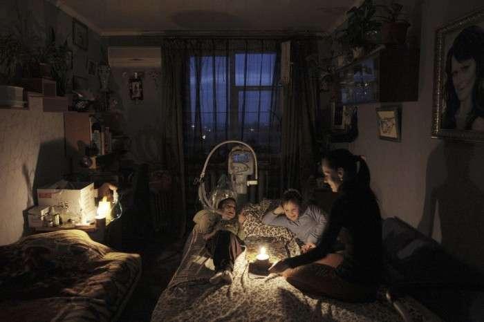 У що залишився без світла Севастополі батьки борються за життя хлопчика, підключеного до апарату штучного дихання (4 фото)