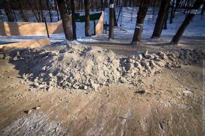В калінінградському парку засипали піском безкоштовну снігову гірку, змусивши відпочиваючих кататися на платній (6 фото)