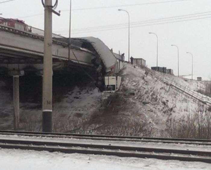 У Кемеровській області фура повисла на мосту після ДТП (4 фото)