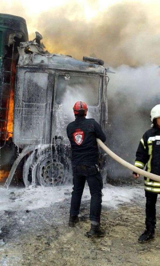 У Сирії розбомбили турецький конвой з гуманітарною допомогою (6 фото + відео)