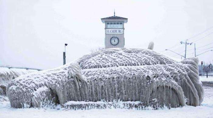 Нічний шторм і сильний мороз перетворили автомобіль у велику брилу льоду (4 фото)