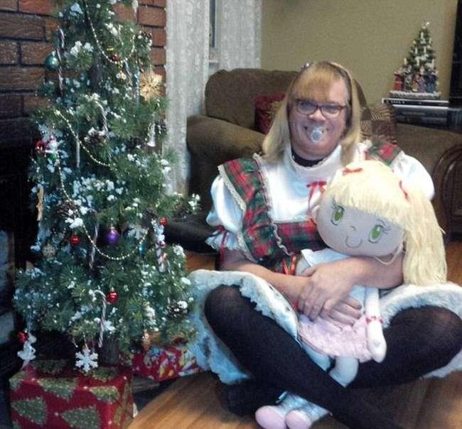 52-річний чоловік залишив сімю, щоб жити життям маленької дівчинки (11 фото)