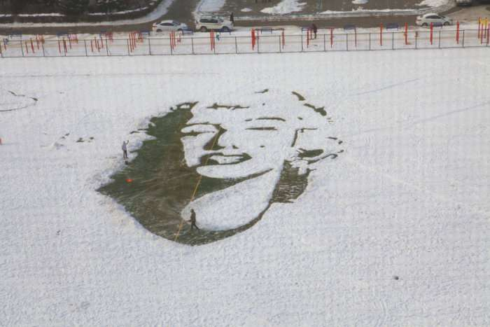 На стадіоні китайського університету зявився великий сніговий портрет Мерилін Монро (5 фото)