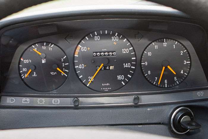 У гаражі літнього німця варто Mercedes-Benz 240D W123 з пробігом в 30 км (12 фото)