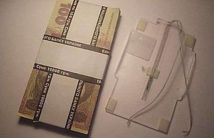 Для чого поряд з касиром в банку лежить ця пачка грошей? (3 фото)