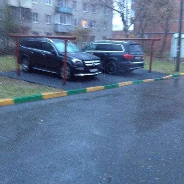 Новий спосіб «бронювання» паркувального місця в московських дворах (3 фото)