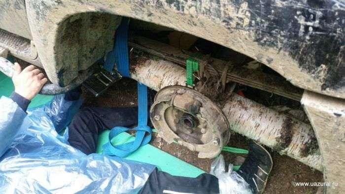 У Санкт-Петербурзі замість одного з коліс автомобіля водій використовував колода (3 фото)