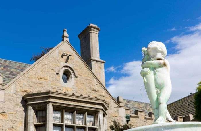 Знаменитий особняк Playboy виставлений на продаж разом з його господарем Хю Хефнером (15 фото)