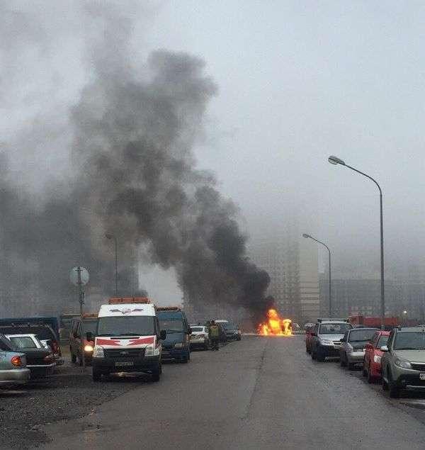 У Санкт-Петербурзі невідомі розстріляли з автоматів поліцейський УАЗ (7 фото)