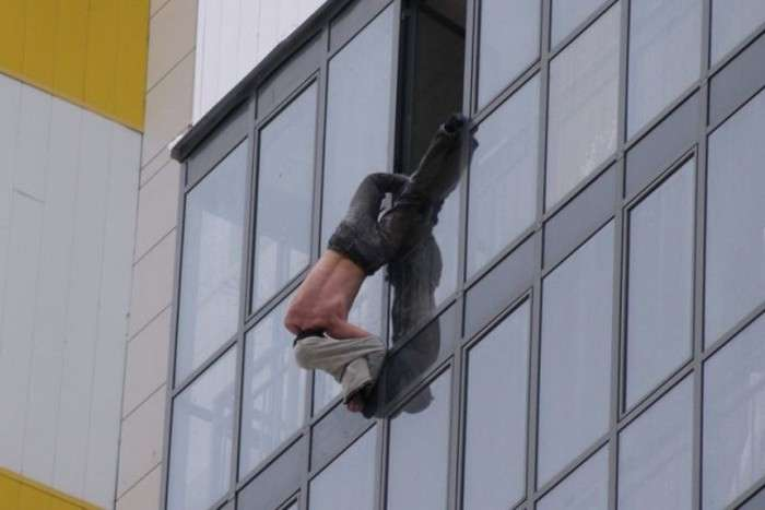 У Новосибірську чоловік півгодини провисів за вікном 15 поверху (4 фото)