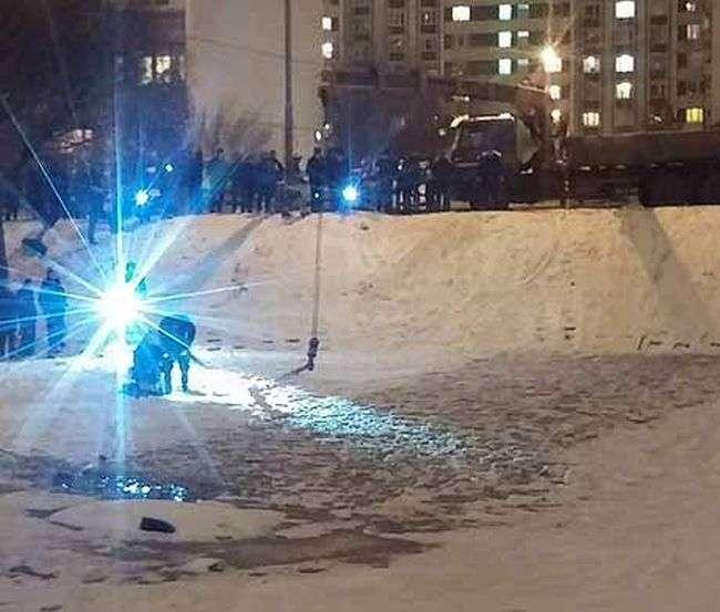 В Зеленограді компанія хлопців на спір втопила автомобіль в ставку (5 фото + 2 відео)