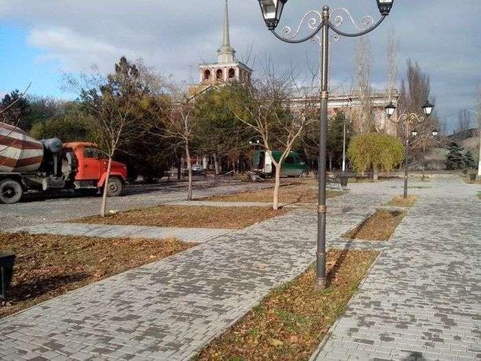 У Миколаєві бетономішалка проїхала по пішохідних доріжках в Пролетарському сквері (3 фото)
