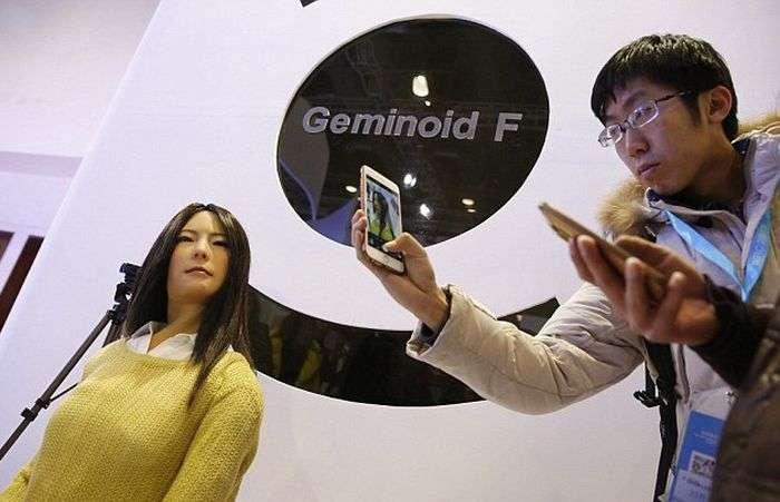 У Китаї представили вдосконалену жінку-андроїда Geminoid F (4 фото)