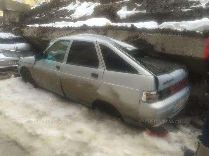 У Саратові підпірна стіна впала на припарковані під нею автомобілі (11 фото)