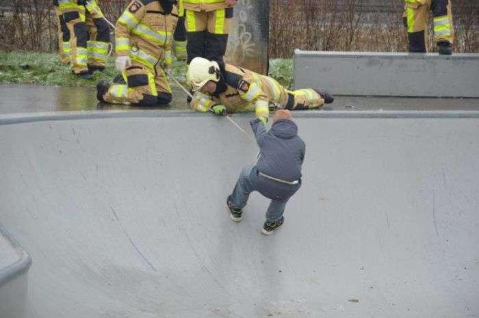 Хлопець застряг з власної дурості (11 фото)