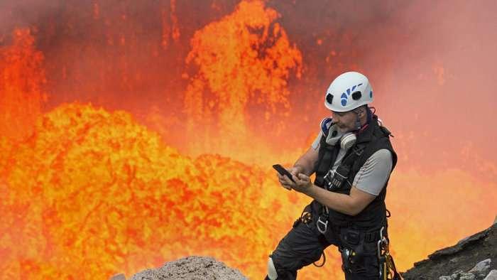 Американський альпініст Нік Халік спустився в кратер активного вулкана Амбрім, щоб зробити ефектне селфи (4 фото)