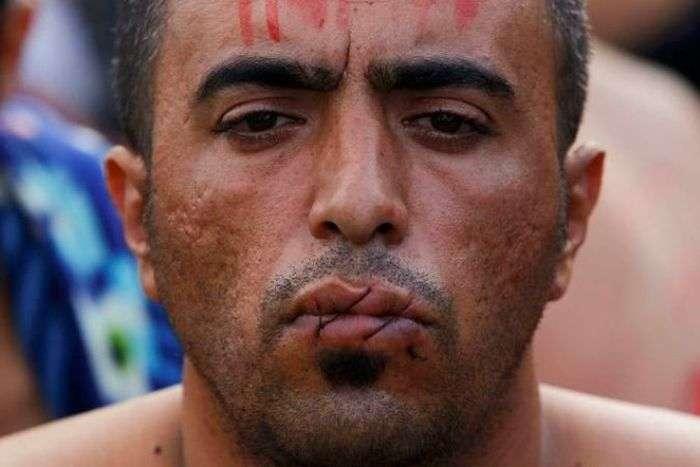 Іранські мігранти, яких не пустили в Македонію, на знак протесту зашили собі роти (6 фото)