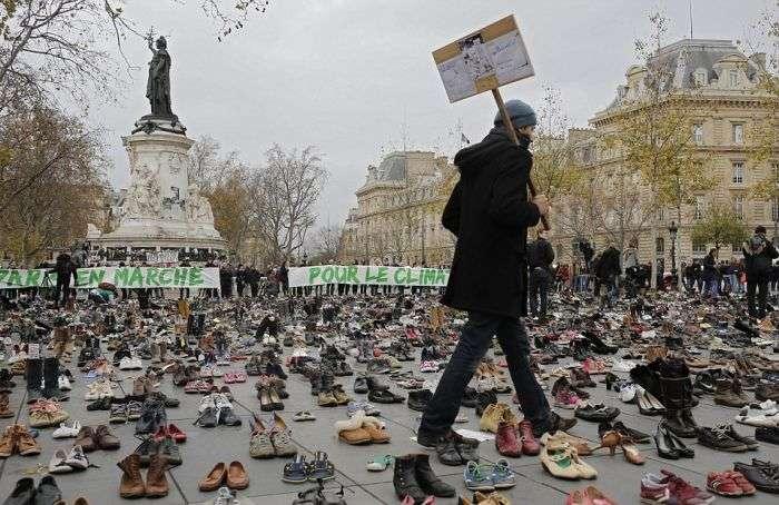 Кліматичний марш в Парижі і тисячі пар взуття на площі Республіки (11 фото)