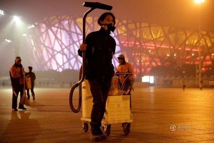 Щоб привернути увагу до проблеми екології китаєць створив «цеглина» з смогу (4 фото)