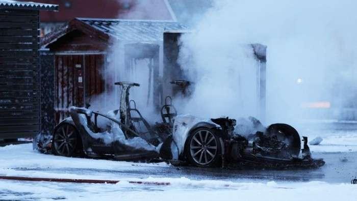 У Норвегії Tesla Model S згоріла на станції швидкої зарядки (3 фото + 2 відео)