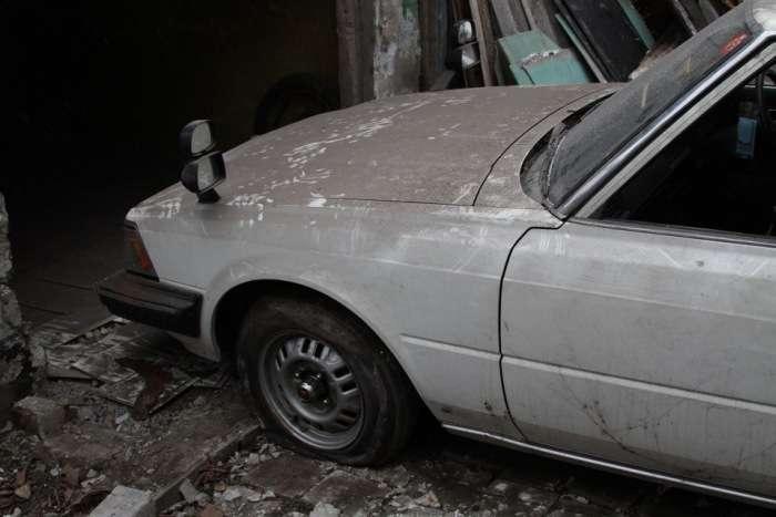 У Донецьку автомобіль Toyota Mark II більше 20 років залишався замурованим (20 фото + відео)