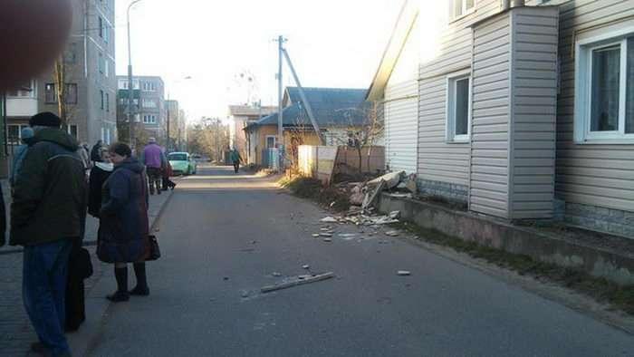 У Гродно пяні викрадачі вантажівки ЗІЛ стали трощити все на своєму шляху (5 фото)