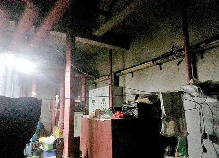 Літня китайська пара більше 10 років живе в бетонному колодязі, економлячи на оренду житла (5 фото)