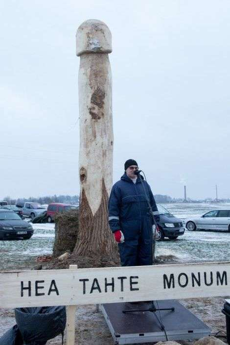 В Естонії невідомі спиляли величезний деревяний монумент-фалос (4 фото)