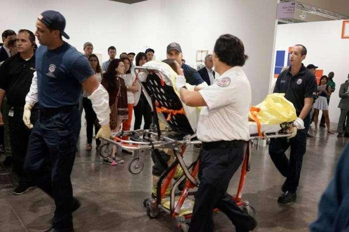 Відвідувачі виставки сучасного мистецтва в Майамі взяли різанину кураторів за перформанс (4 фото)
