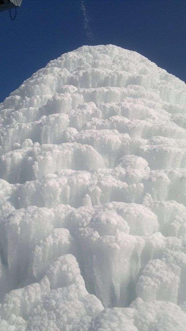 Крижана гірка біля водонапірної вежі (3 фото)