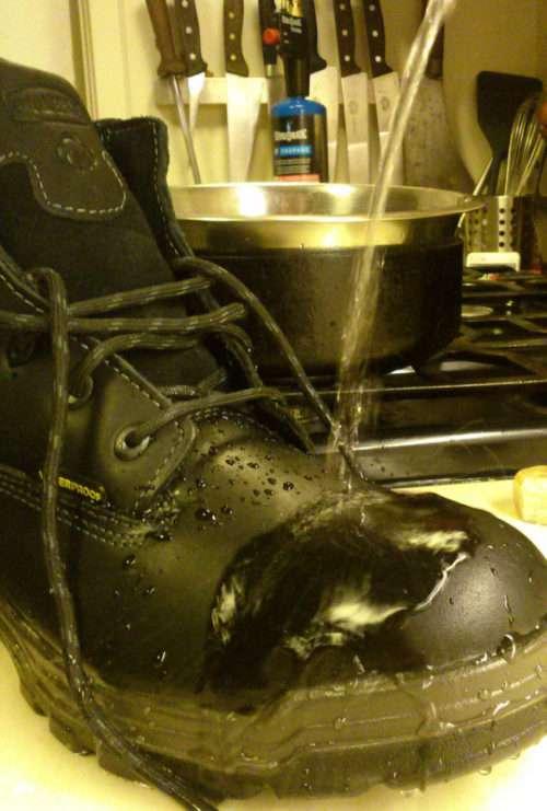 Як зробити черевики дійсно водонепроникними (5 фото)