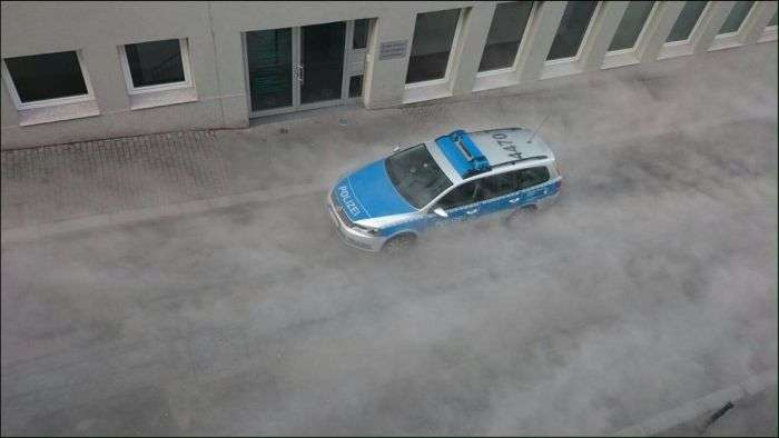 Білий «туман» закутав дорогу в Майнці (6 фото)