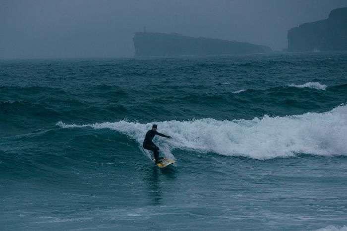 У Владивостоці хлопець вирішив нагадати собі про літо і зайнявся серфінгом в грудні (4 фото)