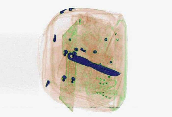Журнал Wired запропонував своїм читачам знайти заборонені до провозу предмети на знімках просканованих валіз (16 фото)