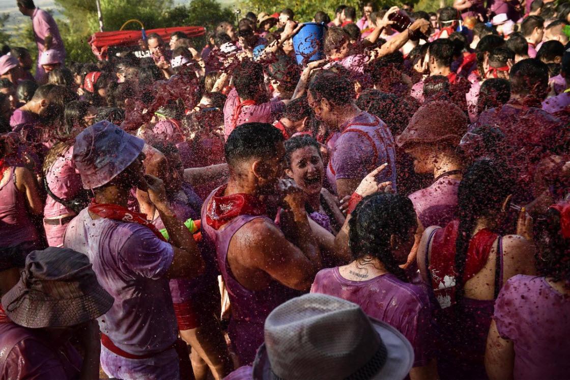 Ежегодная Винная битва в Испании праздник,фестиваль,алкоголь,Аро,Винная битва,вино,Испания,праздник,фестиваль
